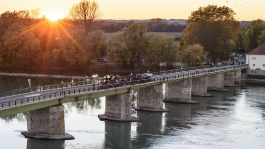 Immigranten-Alte-Innbrücke-Neuhaus_Volker-Preußer_imago66501169h-930x523